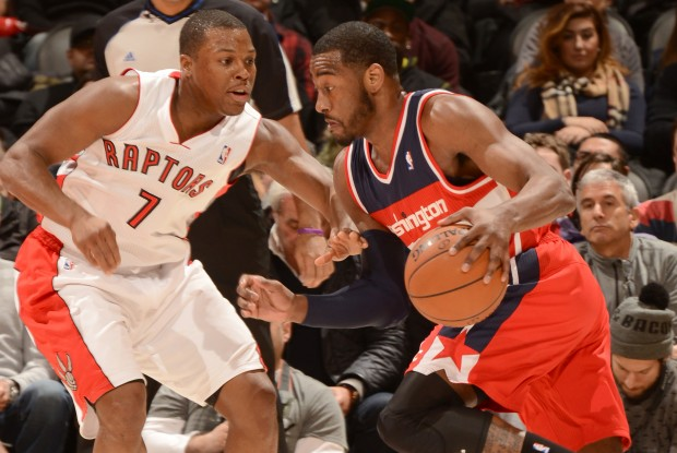 Kyle Lowry defiende a John Wall./ Getty Images