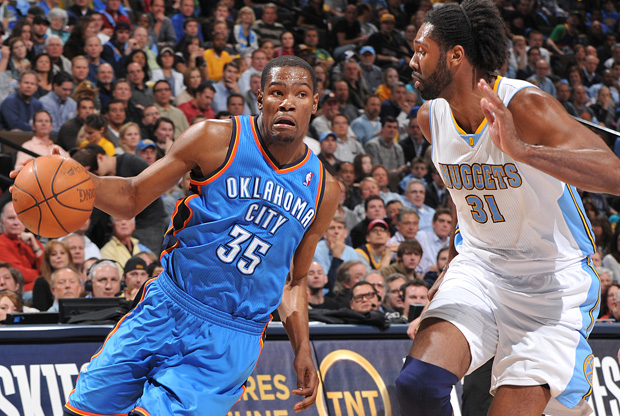 Kevin Durant y Nenê / Getty Images