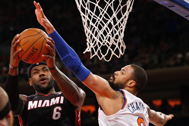 LeBron James y Tyson Chandler / Getty Images