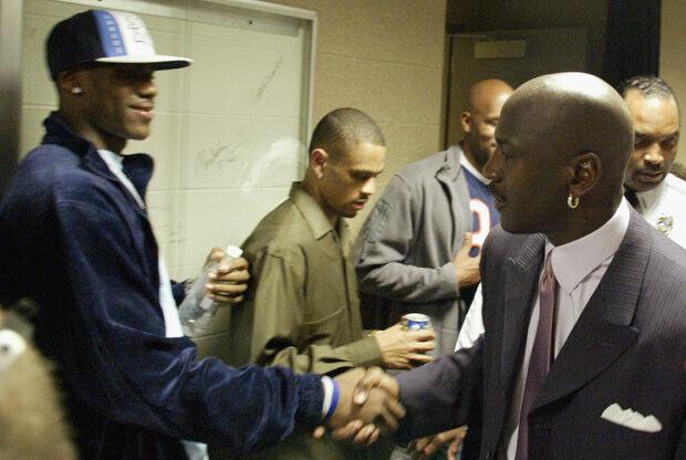 LeBron James saluda a Michael Jordan / Getty Images