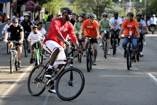 LeBron James en bicicleta./ Getty Images