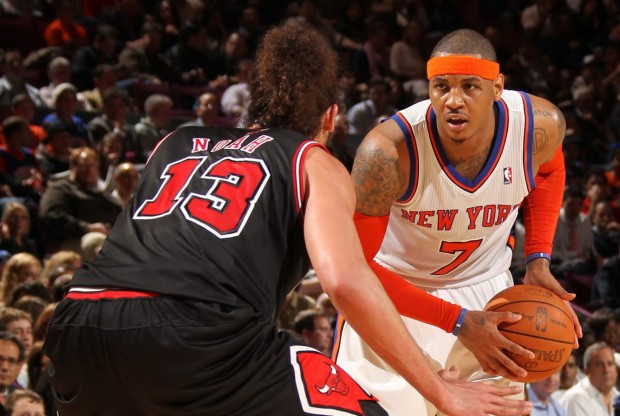 Joakim Noah defiende a Carmelo Anthony./ Getty Images