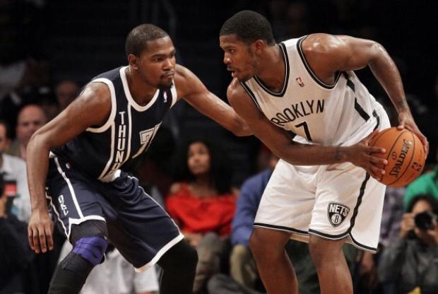Kevin Durant defiende a Joe Johnson./ Getty Images