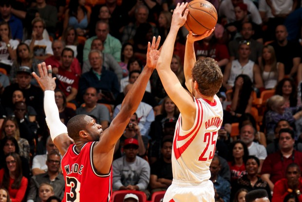 Dwyane Wade y Chandlers Parsons./ Getty Images