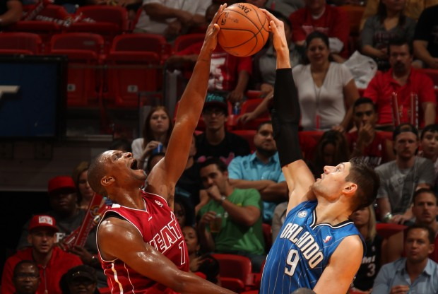 Chris Bosh tapona a Nikola Vucevic./ Getty Images