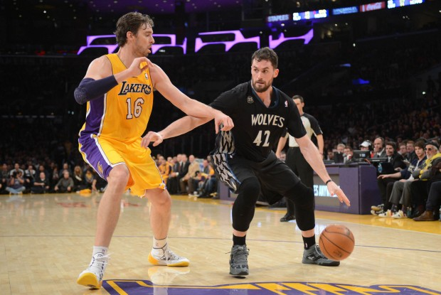 Kevin Love es defendido por Pau Gasol./ Getty Images