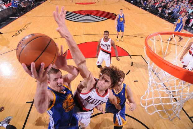 David Lee y Robin Lopez luchan bajo los aros./ Getty Images