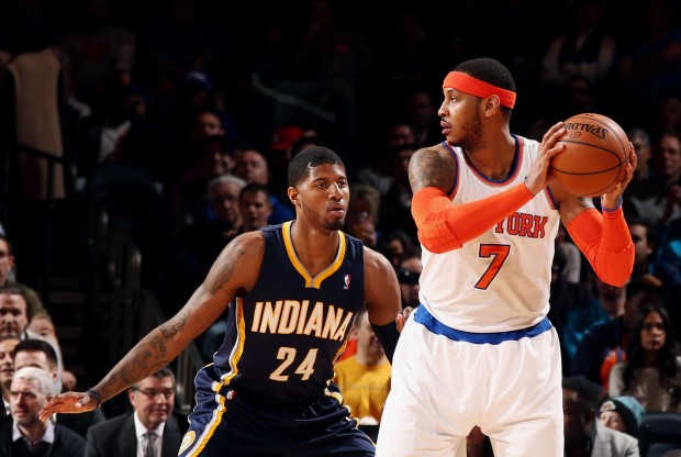 Carmelo Anthony es defendido por Paul George./ Getty Images