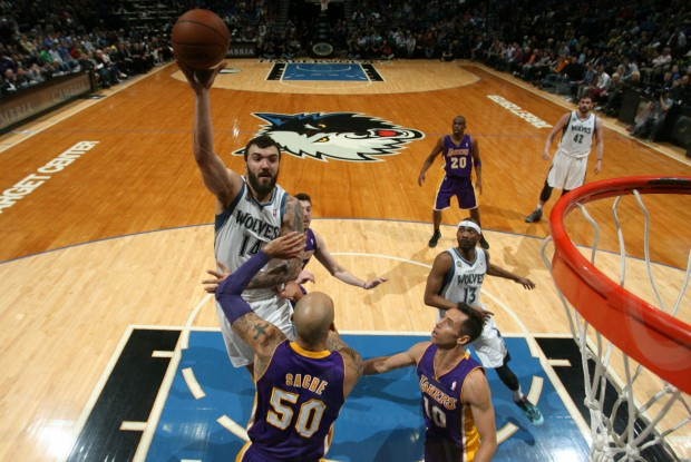Nikola Pekovic lanza ante la defensa de los Lakers./ Getty Images