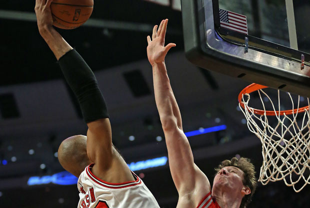 Taj Gibson y Omer Asik / Getty Images