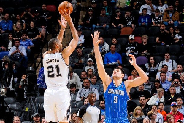 Tim Duncan y Nikola Vucevic./ Getty Images