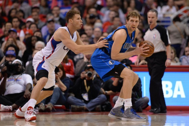 Blake Griffin defiende a Dirk Nowitzki./ Getty Images