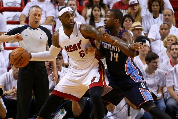 LeBron James y Michael Kidd-Gilchrist./ Getty Images