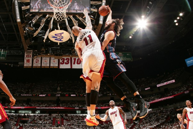 Josh McRoberts posteriza a Chris Andersen./ Getty Images