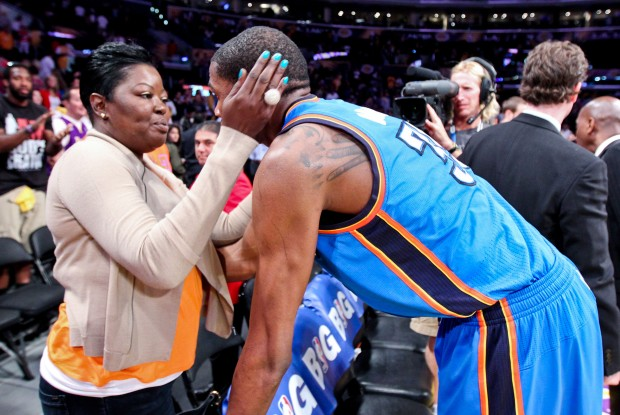 Kevin Durant y su madre./ Getty Images
