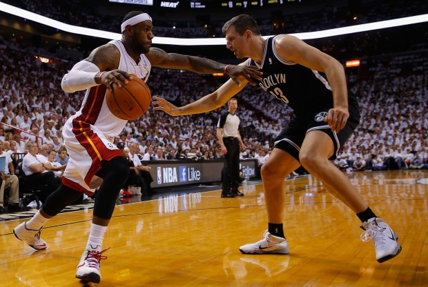LeBron James vs. Mirza Teletovic./ Getty Images
