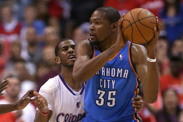 Chris Paul defiende a Kevin Durant./ Getty Images