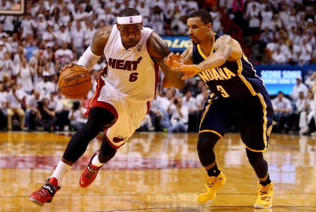 LeBron James y George Hill./ Getty Images
