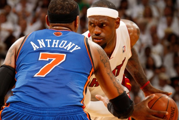 Carmelo Anthony defiende a LeBron James./ Getty Images