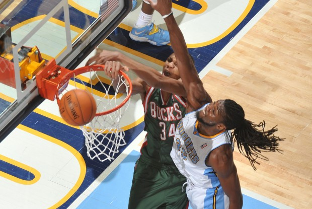 Giannis Antetoukounmpo machaca ante Kenneth Faried./ Getty Images