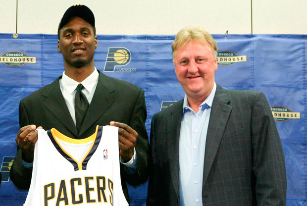 Roy Hibbert y Larry Bird / Getty Images