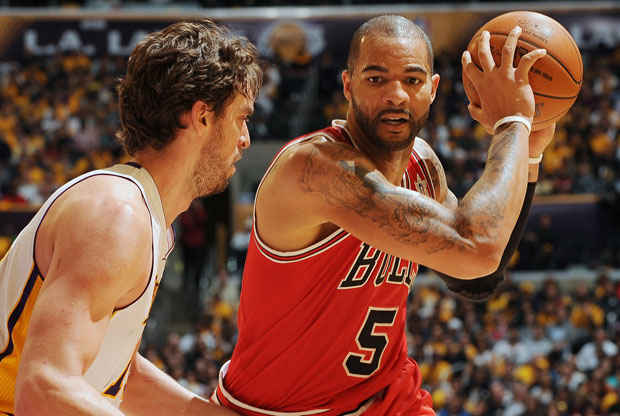 Carlos Boozer y Pau Gasol / Getty Images