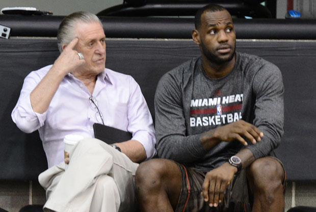 Pat Riley y LeBron James / Getty Images
