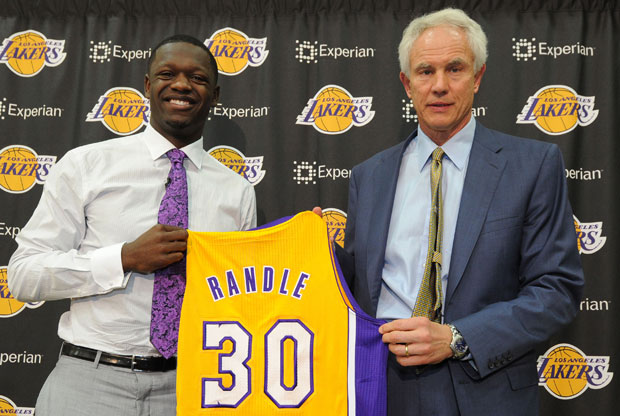 Julius Randle y Mitch Kupchak / Getty Images