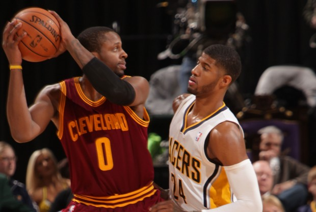 C.J. Miles ante Paul George./ Getty Images