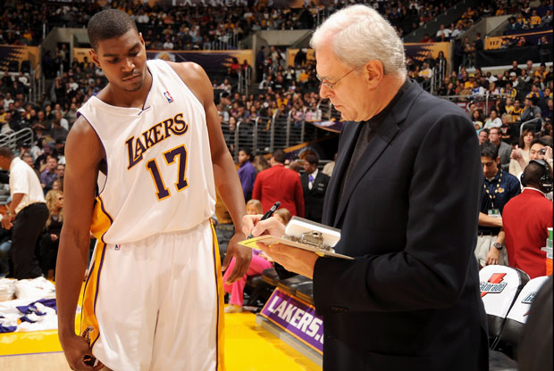 Andrew Bynum y Phil Jackson / Getty Images