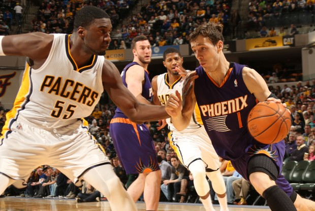 Roy Hibbert defiende a Goran Dragic./ Getty Images
