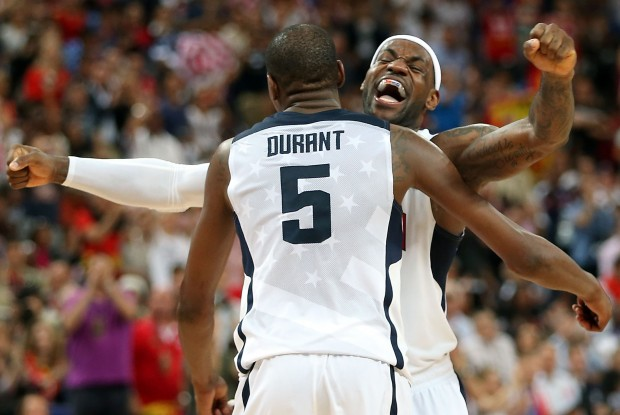 Kevin Durant y LeBron James con la camiseta de USA Basketball
