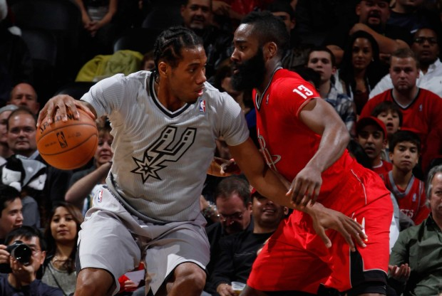 James Harden defiende a Kawhi Leonard./ Getty Images