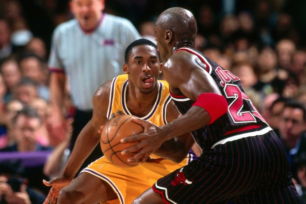 Kobe Bryant defiende a Michael Jordan./ Getty Images