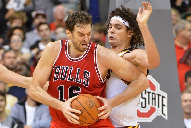 Pau Gasol es defendido por Anderson Varejao./ Getty Images