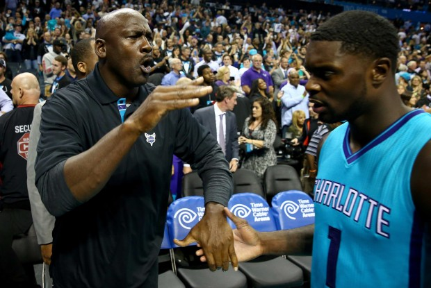 Michael Jordan y Lance Stephenson./ Getty Images