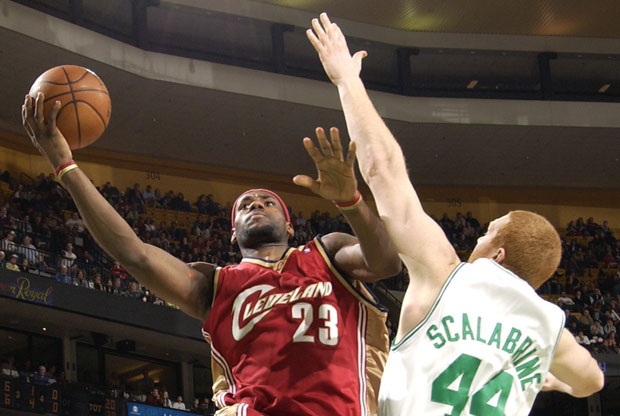 LeBron James y Brian Scalabrine / Getty Images