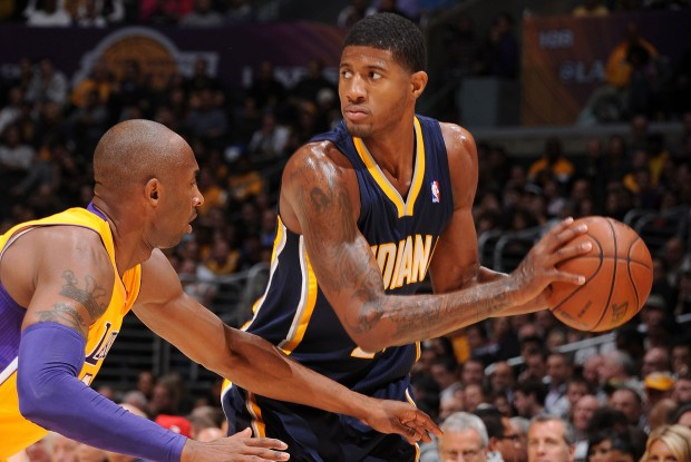 Kobe Bryant defiende a Paul George./ Getty Images