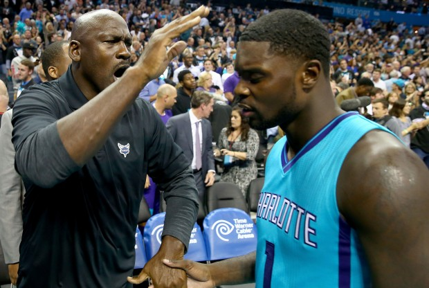Lance Stephenson recibe la felicitación de Michael Jordan./ Getty Images