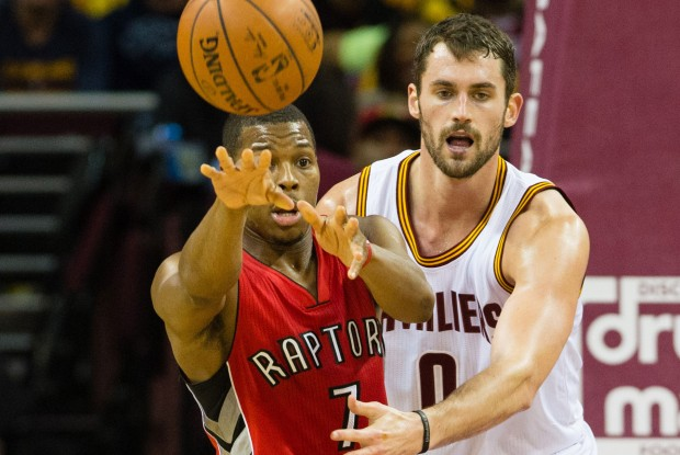 Kevin Love defiende a Kyle Lowry./ Getty Images