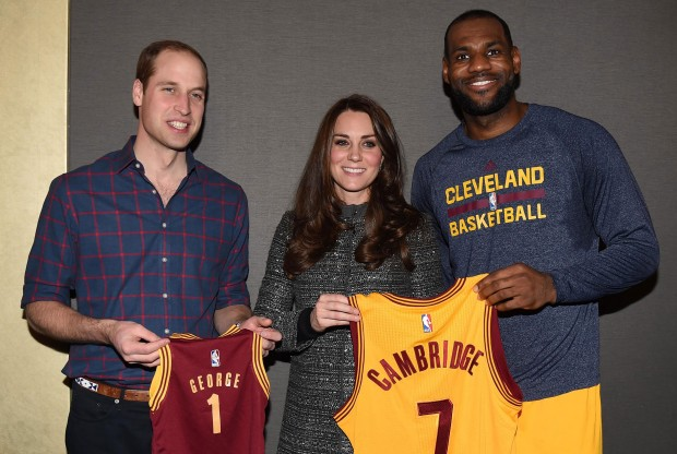 LeBron James posa junto a los duques de Cambridge./ Getty Images