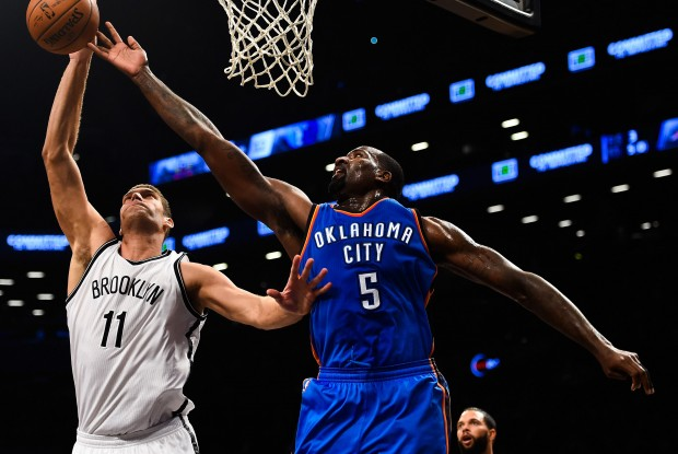 Brook Lopez y Kendrick Perkins./ Getty Images