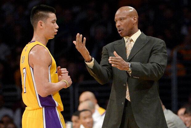 Jeremy Lin recibe indicaciones de Byron Scott./ Getty Images
