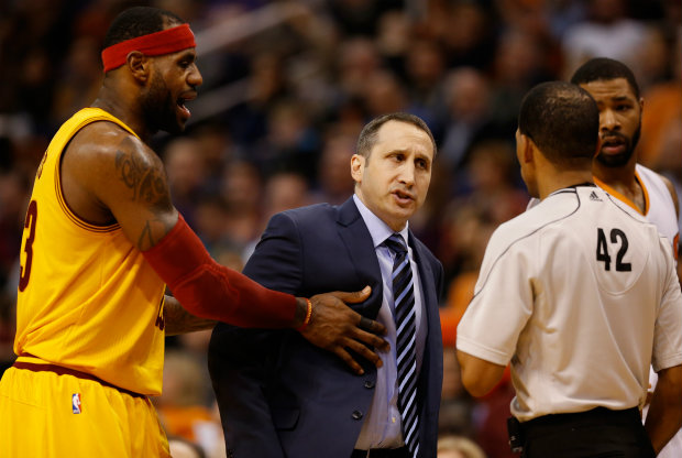 LeBron James y David Blatt discuten con un árbitro./ Getty Images