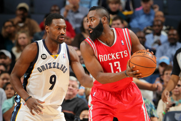 Tony Allen defiende a James Harden./ Getty Images