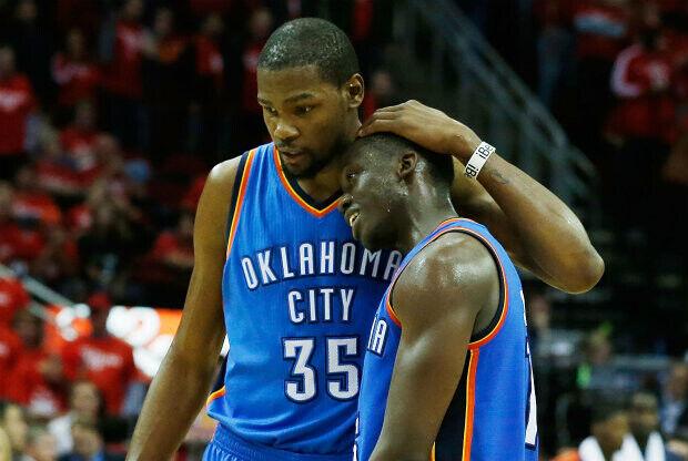 Kevin Durant y Reggie Jackson./ Getty Images