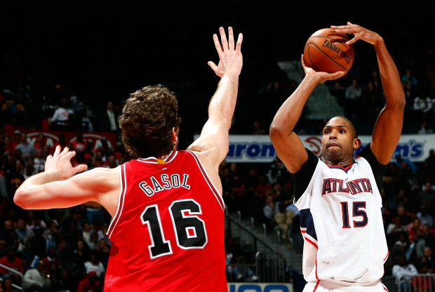 Pau Gasol trata de taponar a Al Horford./ Getty Images