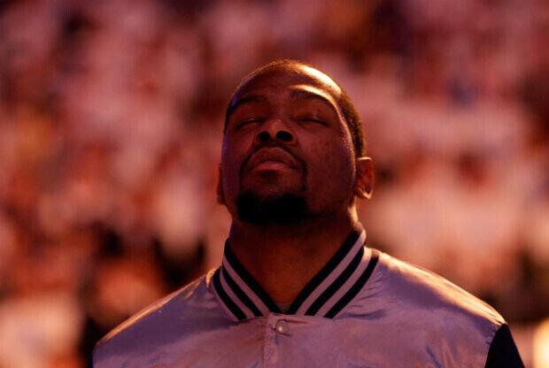Kevin Durant durante el himno nacional