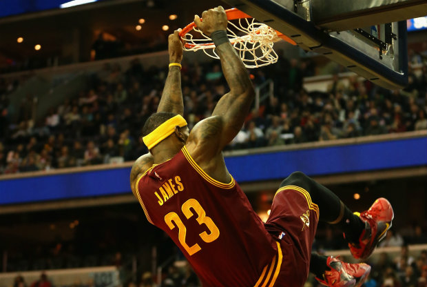 LeBron James baja un alley-oop de Kyrie Irving