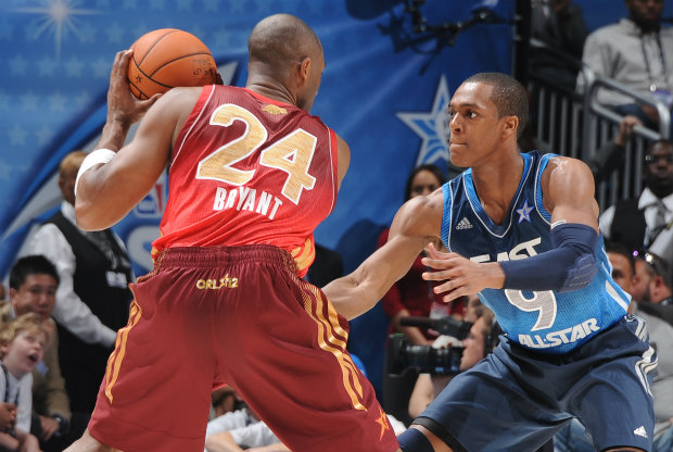 Rajon Rondo defiende a Kobe Bryant./ Getty Images
